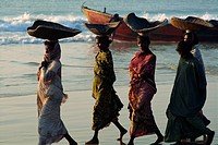 Women using turtle shells to carry fish on their heads, Puri, Orissa State, India, Asia