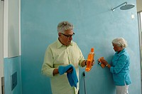 Senior couple cleaning bathroom (thumbnail)