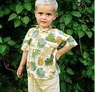 Ljushårig pojke poserar framför häck Boy 2_4 Standing, Portrait