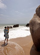 Kineser Semestrar På Hainan. Medelklassen Ökar Med 10 Per År I Kina Fler Kineser Har Råd Att Resa På Semester, Man Standing With Kid By Beach
