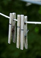 Tre Klädnypor På Sträck, Close_Up Of Clips Hanging On Clothesline