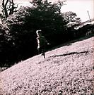 Pojke Sprnger Över Gräsmatta, Boy Playing In Lawn