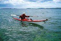 Kvinna paddlar kajak i havet. Woman Kayaking In Sea