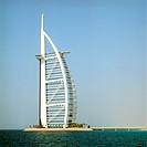 Hotell Burj Al Arab, Dubai. Världens Enda Sjustjärniga Lyxhotell. Den 321 M Höga, Segelliknande Byggnaden Ligger På En Konstgjord Ö, 280 Meter Ut I Pe...