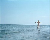 Ung flicka i bikini vadar i vattnet. Yong Girl In Bikini Standing In Sea