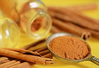 Cinnamon sticks and powder (Cinnamomum zeylanicum)