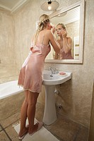 Woman, young, negligee, bath, back opinion, going, gaze, , mirrors, reflection, control, face, skin,