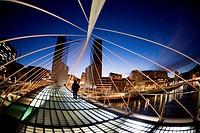 Puente Zubizuri creado por el Arquitecto Santiago de Calatrava en Bilbao