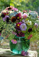 Garden flowers in a vase (thumbnail)