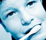 ragazzino che si lava i denti
