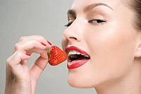 Woman eating a strawberry (thumbnail)