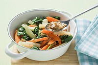 Kohlrabi and carrot sticks with spinach and walnuts