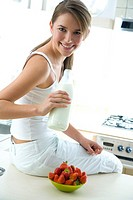 Woman drinking fresh milk (thumbnail)