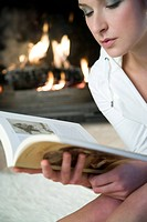 Woman reaing a book (thumbnail)