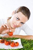 Young woman eating tomatoes (thumbnail)