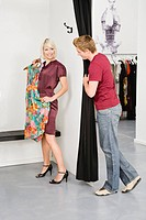 Young couple in fashion shop (thumbnail)