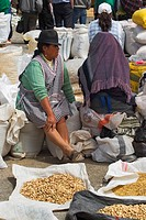 Indian woman selling lima beans at the huge villagers market in Saquisili, probably the most important market in rural Ecuador, north of Latacunga in ...