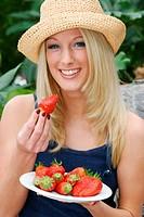 Blondine mit Erdbeeren