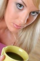 Frau trinkt einen Becher Kaffee