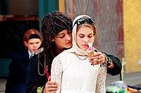Film, Die Wilden Kerle 2, BRD 2005, Regie: Joachim Masannek, Szene mit NIPs, Familienfilm, Kinderfilm, Kinder, Eis, Sonnenbrille, Halbfigur, Kopftuch,