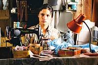 Film, Innocent Voices Voces Inocentes, MEX / USA 2004, Regie: Luis Mandoki, Szene mit: Leonor Varela, Kriegsdrama, Krieg, sitzend, Halbfigur, Nähmasch...