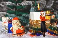 Weihnachtsmann mit Kerze, Geschenken und Weihnachtsfrau