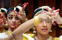 MOHINIYATTAM DANCERS OF KERALA