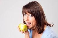 Junge Frau haelt einen Apfel in der Hand, young woman holding an apple in her hand, portrait