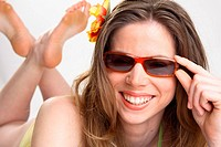 Junge Frau im Bikinioberteil mit Sonnenbrille, young woman wearing a bikini top and sunglasses