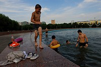 Uzbekistan, Tachkent, improvised bath in the fountains