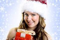 lachende Weihnachtsfrau mit Geschenk