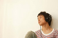 Young man listening music (thumbnail)