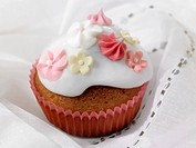 Cupcake decorated with sugar flowers for wedding