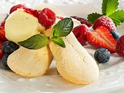 Sponge fingers with vanilla ice cream and fresh berries