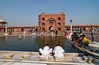 Courtyard of the Friday Mosque, Jama Masjid, Jami Masjid, with the basin for the ritual washing, view to the Main Gate, Old Delhi, India, Asia
