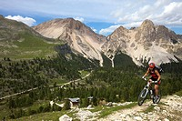 Mountain bike rider on the Limo Pass in Fanes_Sennes_Prags Nature Park with Fanes hut, Trentino, Alto Adige, Italy, Europe