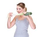 Junge Frau mit Lauchstange