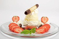 Vanilla ice cream with fresh strawberries, strawberry sauce and cream