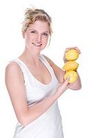 Junge Frau mit Zitronen