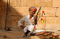 Street musician near Lake Garisar, Jaisalmer, Rajasthan, North India, Asia
