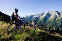 Mountain biker looking at the mountains, Zillertal Alps, Mayerhofen, North Tyrol, Austria, Europe