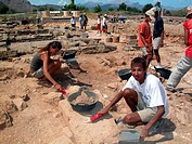 archaeological excavation in Pollentia, young people digging in the sand, Spain, Balearen, Majorca, Pollentia