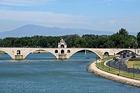Pont Saint_Benezet sur Le pont d'Avingnon, Roman bridge over the river Rhone, Avignon, France