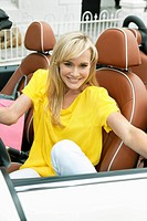 Woman sitting in a car and smiling (thumbnail)