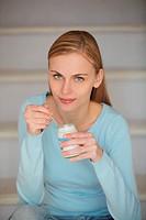 donna che mangia uno yogurt