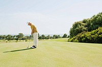 Spain, Mallorca, Senior man playing golf, side view (thumbnail)