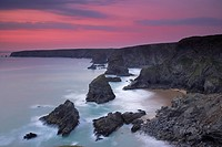 England, Cornwall, Bedruthan Steps, Sunset at Bedruthan Steps on the north Cornish coast. Bedruthan Steps are named after a mythological giant called ...