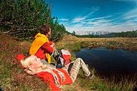 Austria, Salzburger Land, Couple relaxing near lake