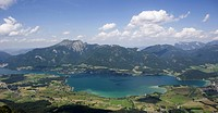 Austria, Salzkammergut, Lake Wolfgangsee, Mount Schafberg in background, elevated view