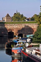 HOUSEBOATS NEAR THE VAUBAN DAM, STRASBOURG, BAS RHIN 67, ALSACE, FRANCE, EUROPE